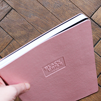 Zápisník růžový - ukázka flexy vazby | Zápisník Black Brick tečkovaný červený