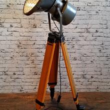 Industriální reflektor na stativu