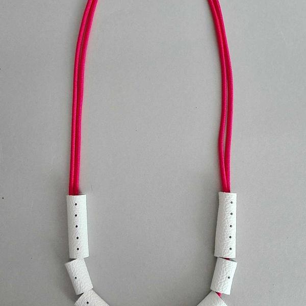 Jemný náhrdelník bílý s červeným neonem | Agapornis Luis