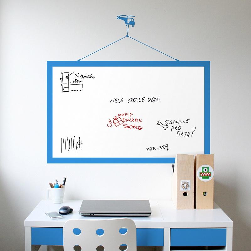 Samolepicí tabule s motive vrtulníku na zdi v chlapecké pracovně | Bílá nalepovací tabule helikoptera (t16)